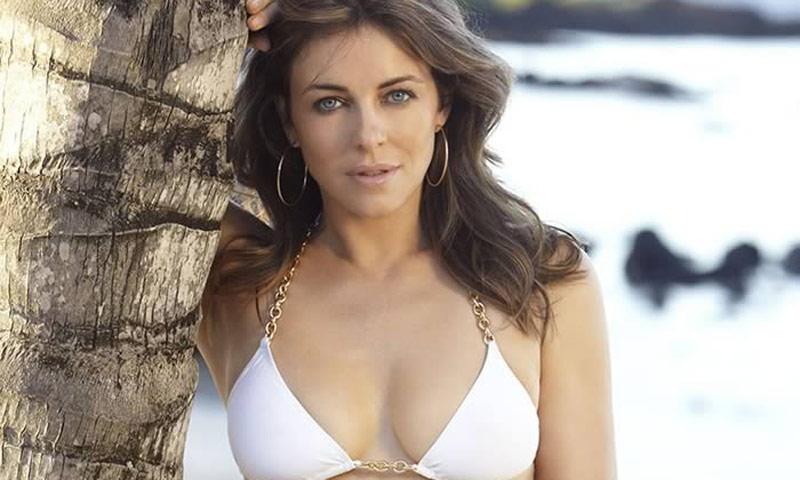 Elizabeth Hurley en bikini o cuando los 52 son mejores que los 25