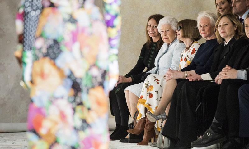 Isabel II, la reina Letizia... cuando la Realeza se deja ver por primera vez en los desfiles de moda