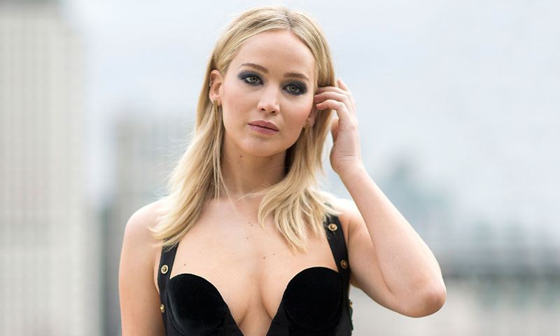 Jennifer Lawrence reinterpreta 24 años después 'aquel vestido' de Elizabeth Hurley
