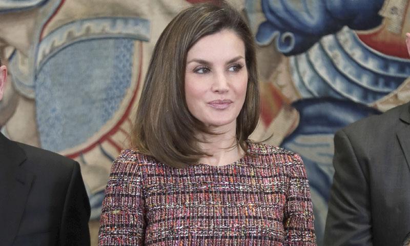 La Reina encuentra la fórmula para que el 'tweed' sí le rejuvenezca