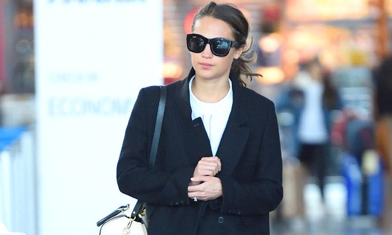 Vestidos de fiesta y looks de aeropuerto, la maleta de viaje de Alicia Vikander