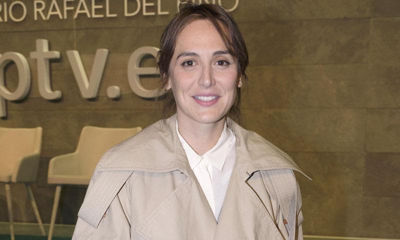 Tamara Falcó y su flechazo parisino: la gabardina 'fringe' de los 3.000 €