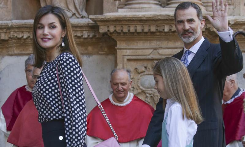 Doña Letizia recicla sus prendas más llamativas en la Misa de Pascua