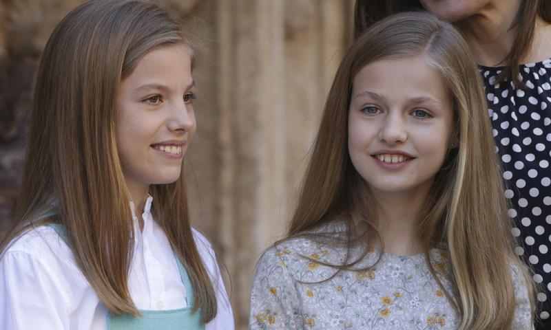Los looks primaverales y el complemento en común de las hijas de los Reyes en la Misa de Pascua