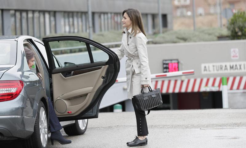 Doña Letizia y su perfecto look de entretiempo en un día de lluvia