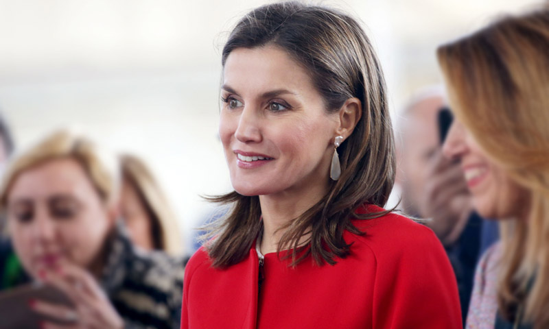 El 'déjà vu' de la Reina con un éxito de ventas: recupera su abrigo más español