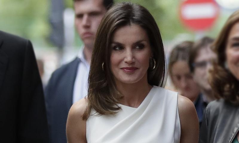 La Reina sorprende con un nuevo escote y estrena firma española