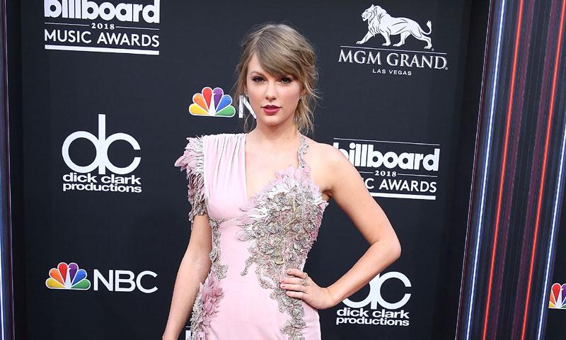 El triple éxito de Taylor Swift en los Premios Billboard y los vestidos más imponentes