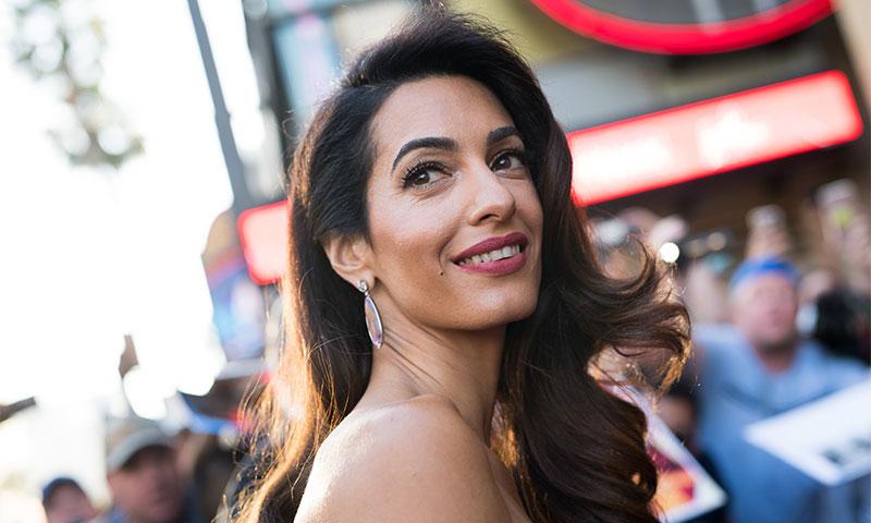 Amal Clooney o el éxito del 'burgundy' entre las invitadas que no quieren ir de negro