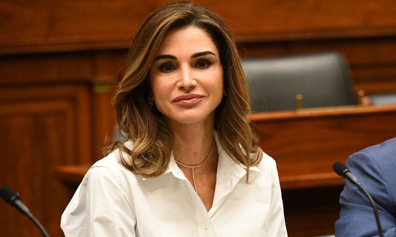 Rania de Jordania estrena la falda que combina con todas las camisas blancas