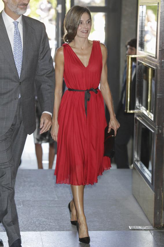 Para estrenar 8e51f 91234 La reina Letizia repite el vestido rojo con el que siempre ...