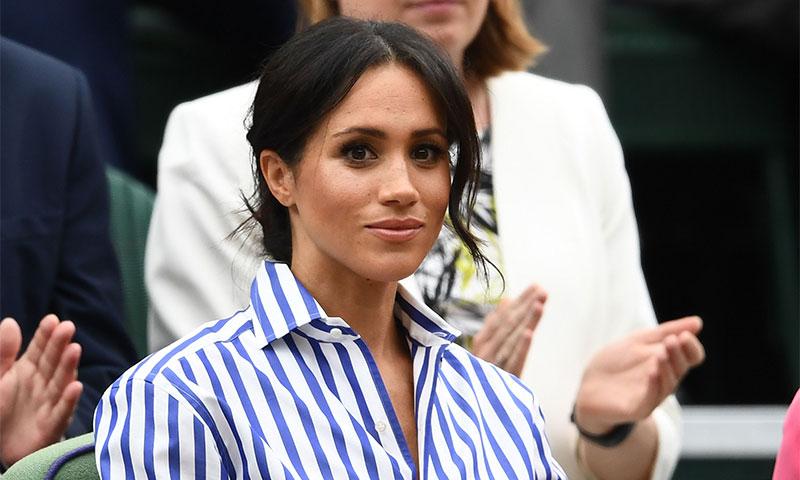 Meghan Markle acierta en Wimbledon con pantalón 'palazzo' y camisa de rayas