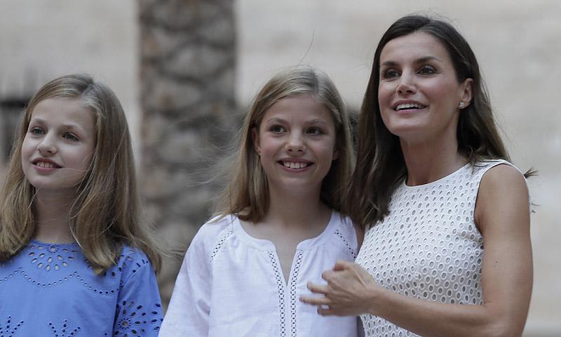 Doña Letizia rompe la tradición con su vestuario en el posado familiar en Palma de Mallorca
