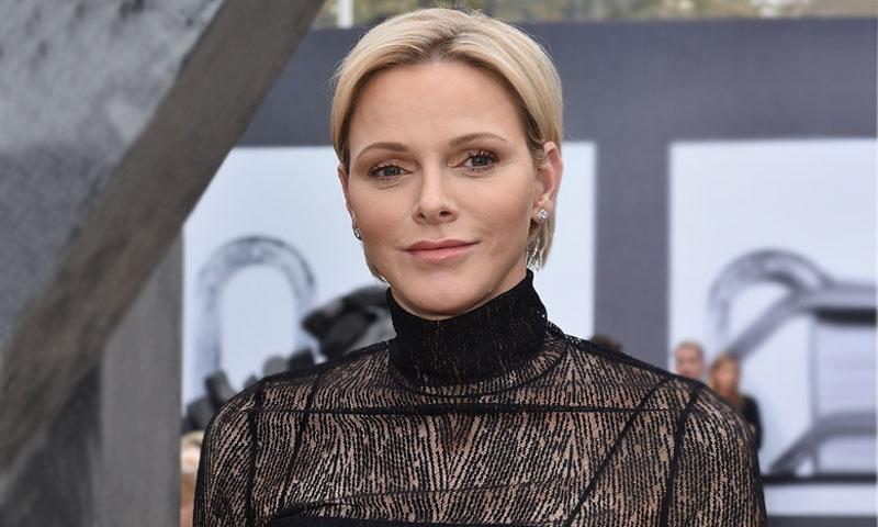 Charlene de Mónaco impacta con su look más gótico en la semana de la moda parisina