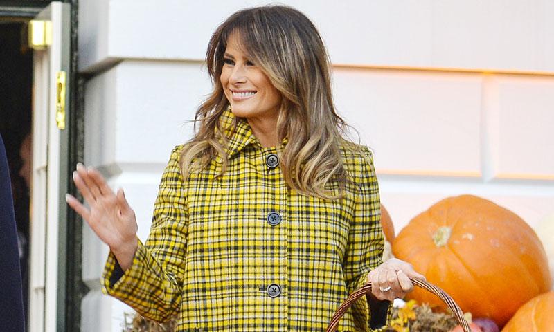 Melania Trump renueva su colección de abrigos caros con el estampado de las 'royals' británicas