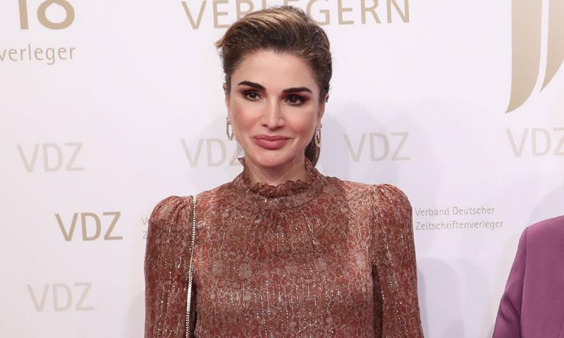 Rania de Jordania conecta su vestidor con el último estreno de Zara de Doña Letizia