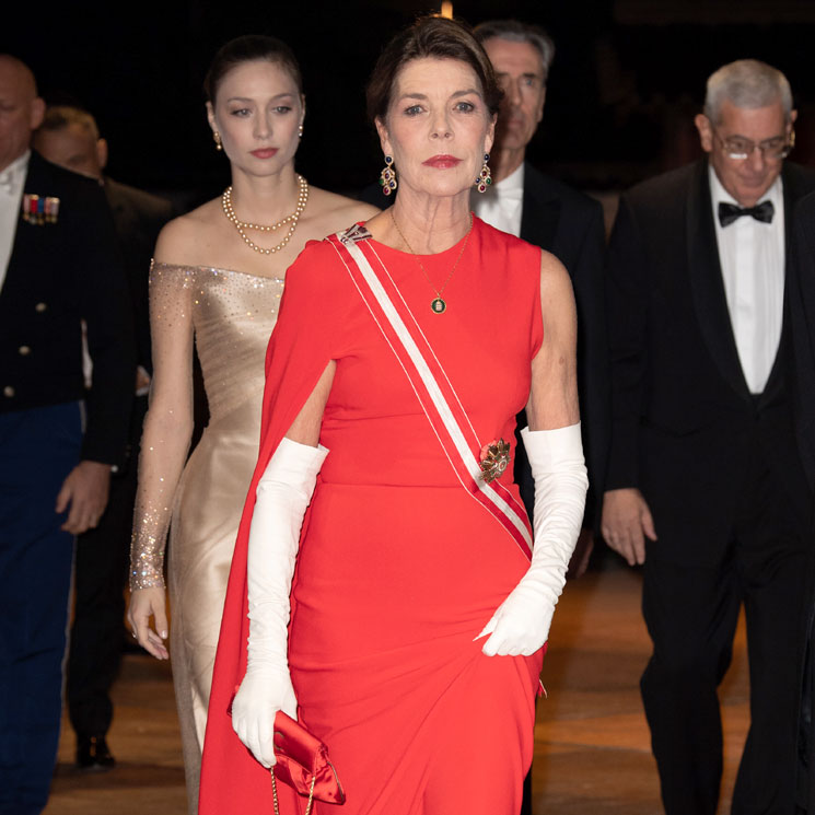 Carolina de Mónaco se fija en el vestido rojo más icónico de doña Letizia 7032368f4127