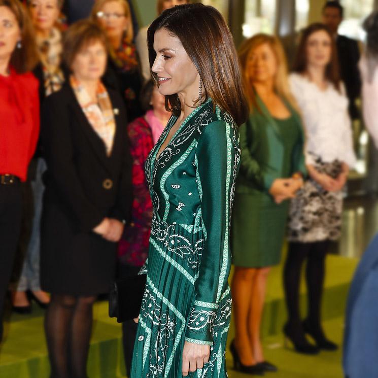 cac85d62c ¡Un look de alto impacto! La Reina arriesga con su vestido de rebajas