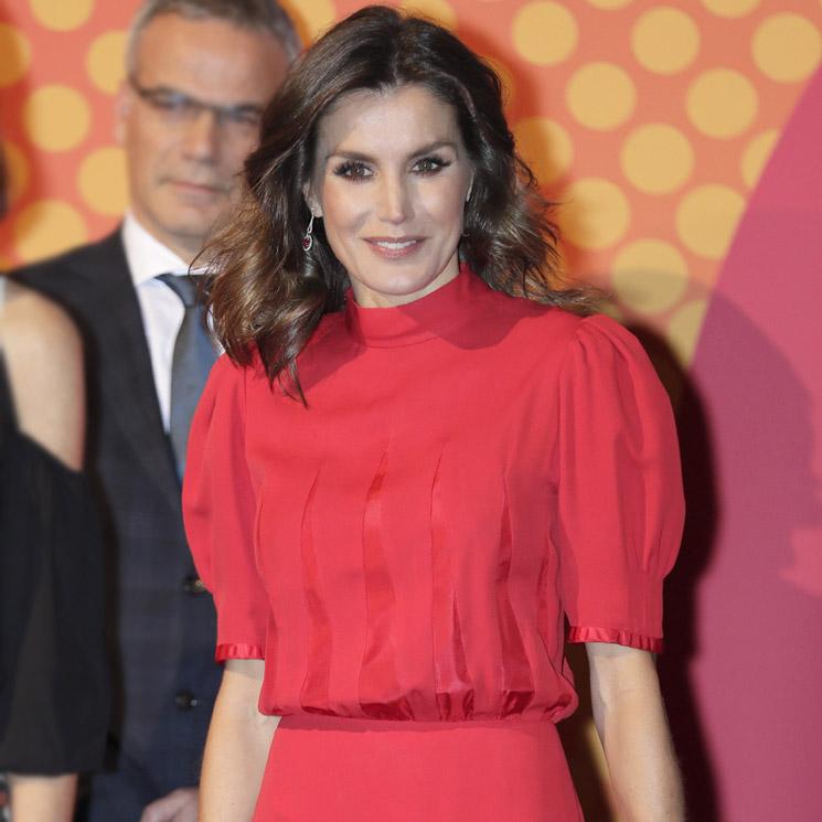 Doña Letizia recicla un vestido rojo de la reina Sofía en los ... bb6483632768