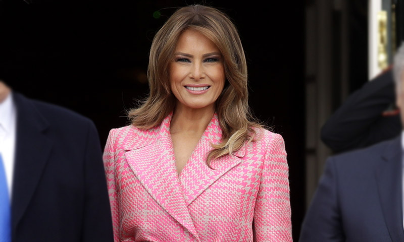 Melania Trump y su abrigo de cuadros rosa, crónica de un éxito anunciado