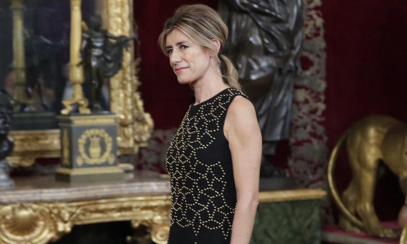 La noche de gala de Begoña Gómez con un vestido efecto 'falso estampado'