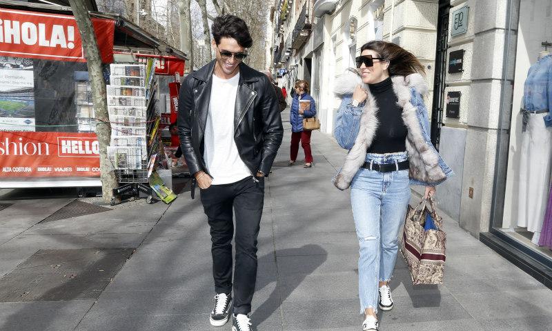 Laura M. Flores y Daniel Illescas se suman a la tendencia de las parejas de moda