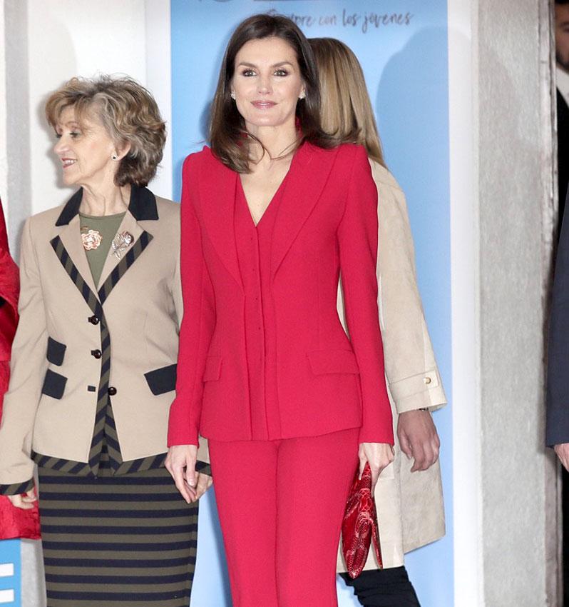 Reina Letizia  recupera su traje rojo más poderoso y vuelve a ... 6abcc89c0400