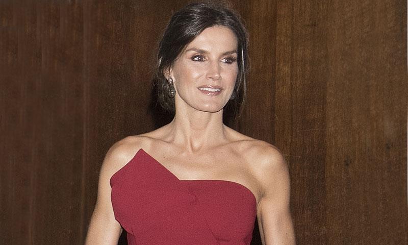 La historia del nuevo vestido rojo de la Reina, una creación de pasarela actualizada para ella