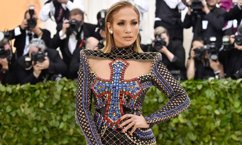 Diez looks inolvidables que prueban por qué Jennifer Lopez merecía ser un icono de la moda