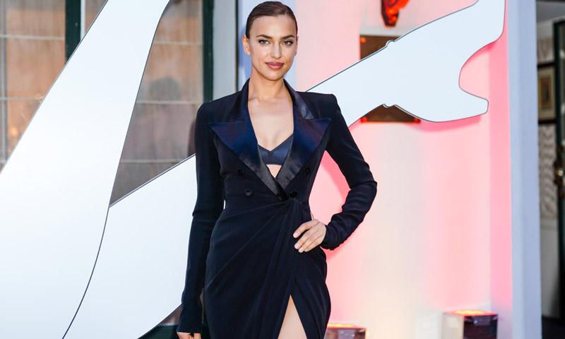 Irina Shayk presume de curvas con la nueva versión del vestido-blazer