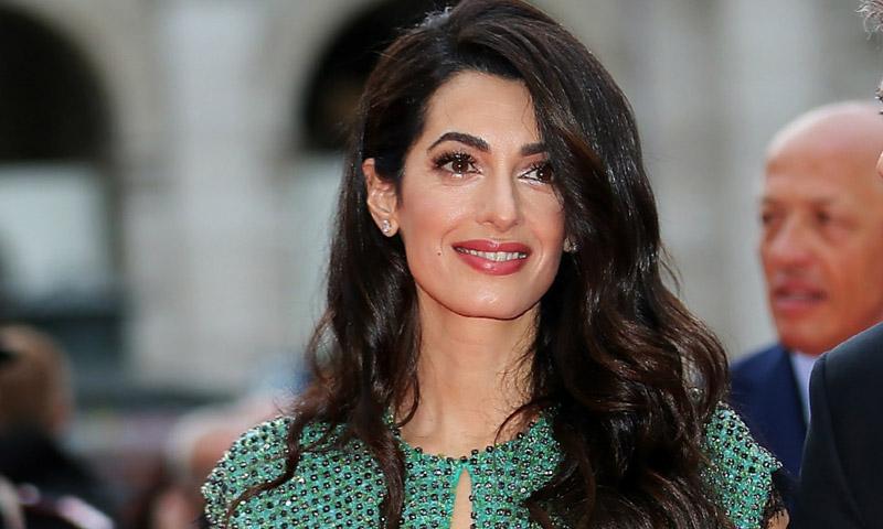 De cuando Amal Clooney dio con el conjunto perfecto que sustituye cualquier joya