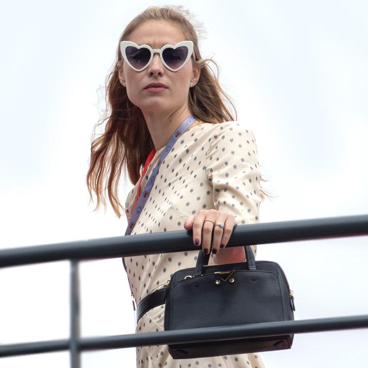 Del escote 'Meghan' a las gafas corazón: los 'looks' de Charlene, Beatrice y Tatiana en la F1