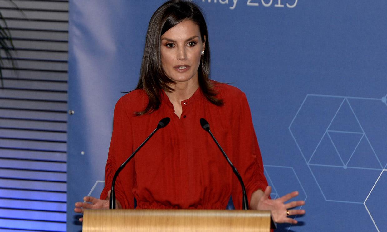 Doña Letizia versiona aquel vestido rojo que la Reina Sofía llevó hace 37 años