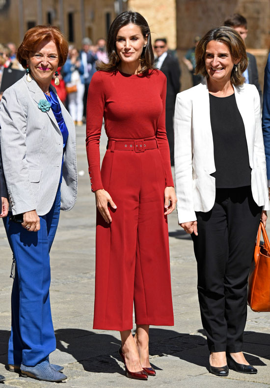 https://www.hola.com/imagenes/moda/actualidad/20190612143810/reina-letizia-jersey-pantalon-culotte-rojo-rebajas-efecto-fit/0-690-284/letizia-1z-z.jpg