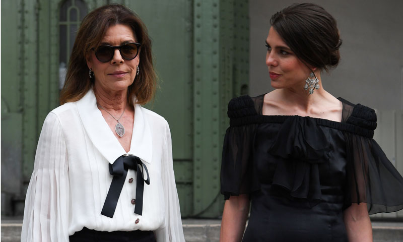 'Karl For Ever': Carlota Casiraghi y Carolina de Mónaco recuerdan al diseñador en París
