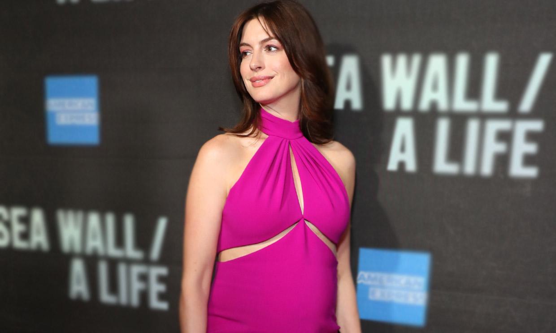 El vestido fucsia de Anne Hathaway y otros looks premamá sexis que pasarán a la historia