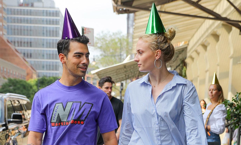 Los looks 'chica Bond' de Sophie Turner y Priyanka Chopra en el cumpleaños temático de Joe Jonas