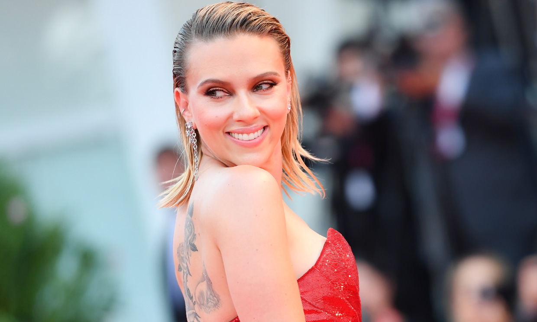 El espectacular vestido 'wet' con el que Scarlett Johansson ha conquistado Venecia