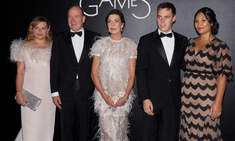 Carolina de Mónaco, puro 'glamour' con su vestido de plumas y transparencias