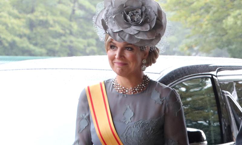 Duelo 'royal' en Japón: del vestido-capa a los tocados más fascinantes