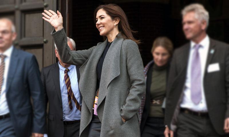Mary de Dinamarca recupera su abrigo español más versátil: esta vez, con falda de cuero