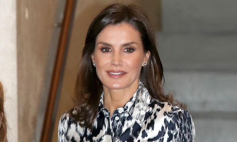Doña Letizia amplía su colección de diseños estampados con un look de Victoria Beckham