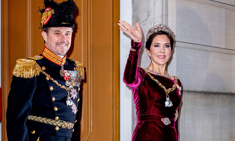 Tiaras y vestidazos antiguos: las princesas Mary y Marie de Dinamarca inauguran el año de gala
