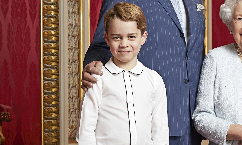 Los motivos por los que se ha vuelto viral el look del príncipe George en su fotografía familiar