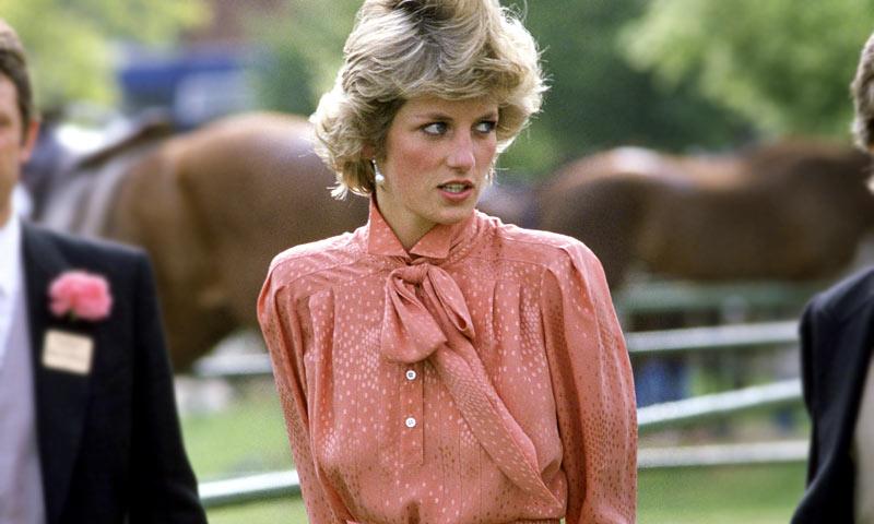 La blusa 'pussybow' que reinas y princesas copiaron a Diana de Gales