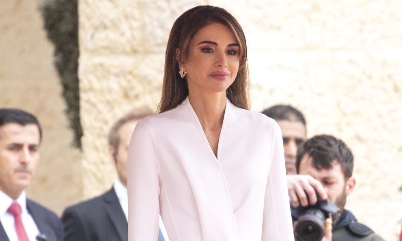 Los complementos mágicos de Rania que transforman su imagen más clásica