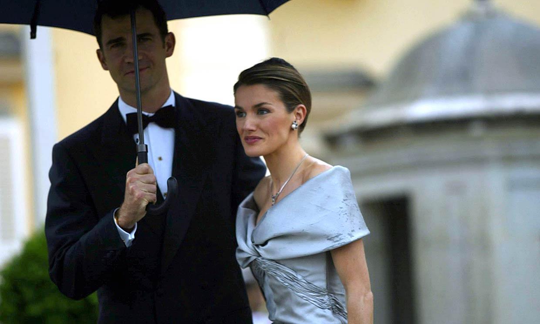 El vestido 'Cenicienta' de doña Letizia y otros looks vistos en su preboda hace 17 años