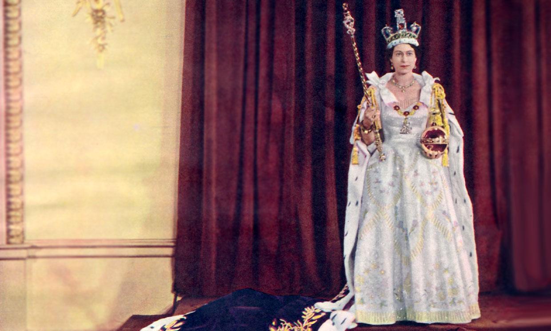Así vistió Isabel II en su coronación hace 67 años: estratégicos bordados y sandalias-joya