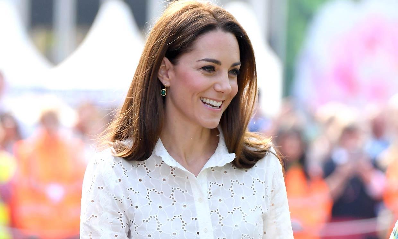 El nuevo acierto de Kate con camisa troquelada y pendientes de 5 euros