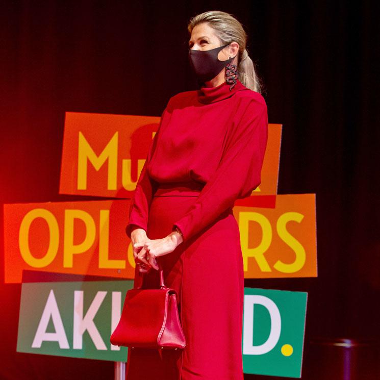 Máxima estrena el vestido español que marca cintura y es perfecto para llevar con botas